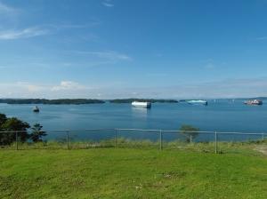 Gatun Lake, de schepen wachten netjes op hun beurt om de sluizen door te mogen