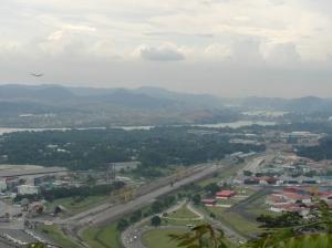 In de verte de sluizen van Miraflores aan de Pacific kant van het Panamakanaal