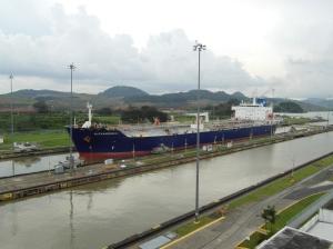 Vrachtschip in de eerste sluis van Miraflores.