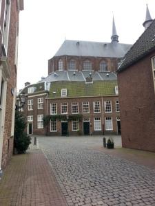 Mijn tweede thuis kijkt uit op de Pieterskerk in Leiden. Wat een plaatje he? Leuke stek omdat deze straat op de toeristische route zit.